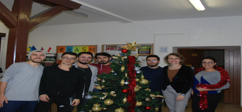 Ubieranie choinki przez ERASMUSÓW - Święta Bożego Narodzenia 2019 - Decorating the Christmas Tree by Erasmus+ students - Christmas 2019:)